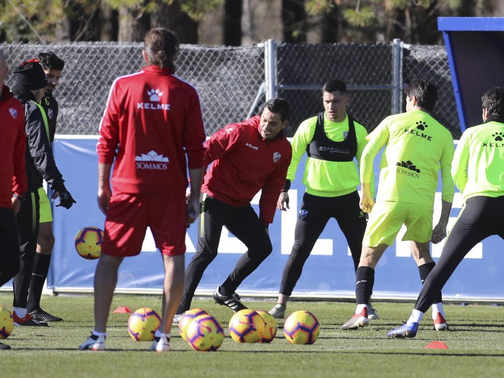 Francisco y algunos futbolistas, durante un entrenamiento de la SD Huesca.