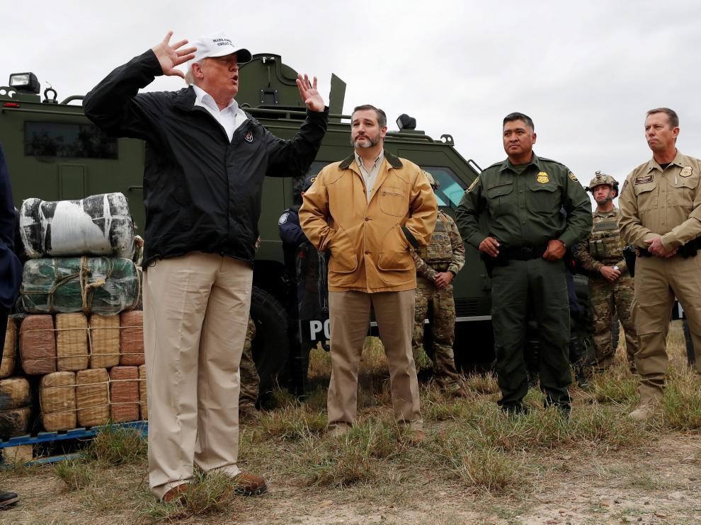 Donald Trump durante su visita a la frontera con México.