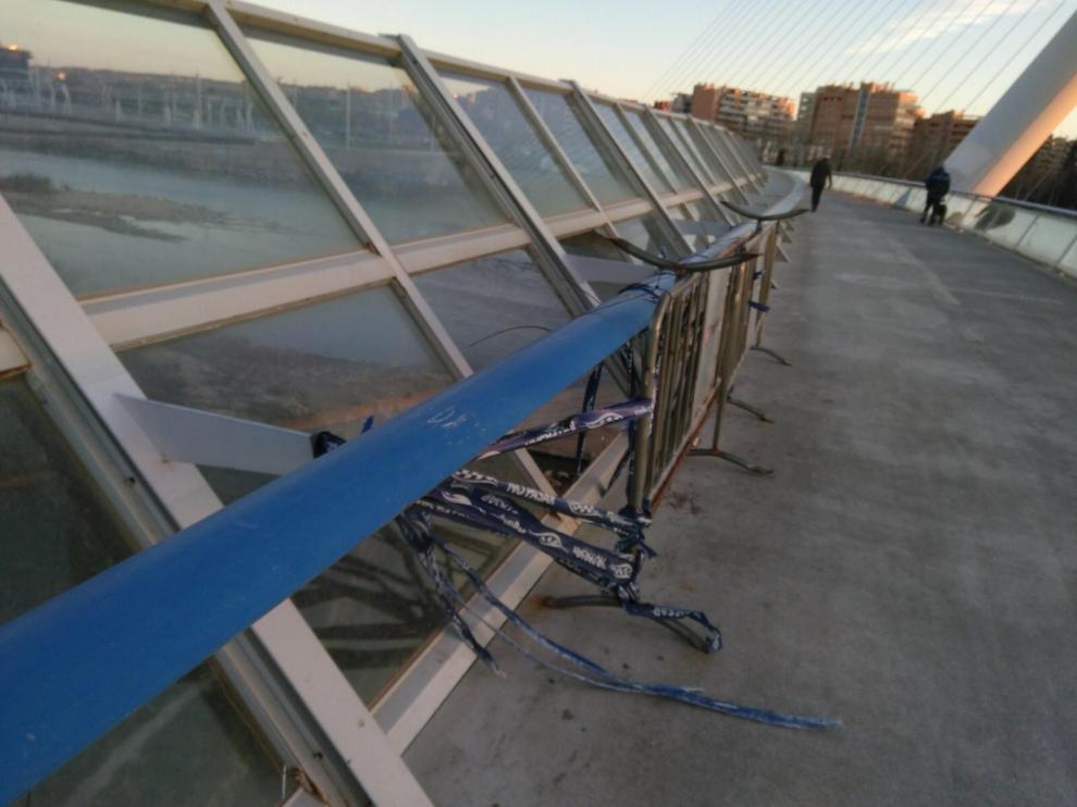 En el puente faltan varias placas de cristal desde hace semanas.