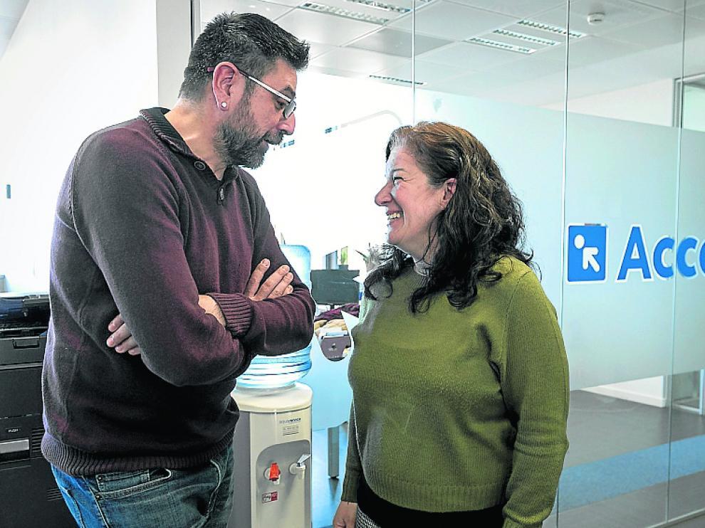 Luis Manzano y Elvira Roque, en la sede de Accem.