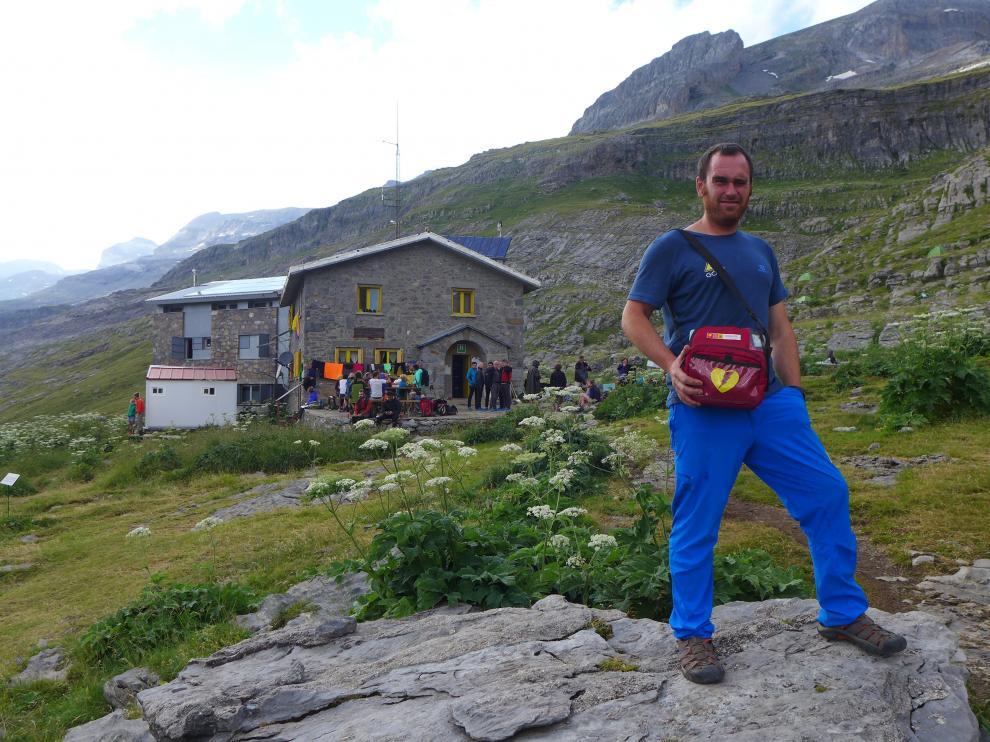 El guarda Borja Fernández, con el desfibrilador que usó en la Cola de Caballo de Ordesa para salvar a un montañero, en una imagen de archivo