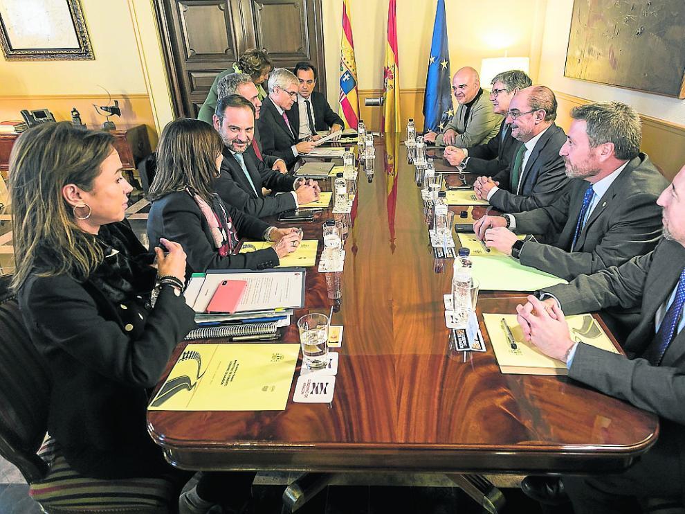 Ábalos y Lambán, frente a frente en el centro de la mesa, en la reunión de ayer en el Pignatelli.