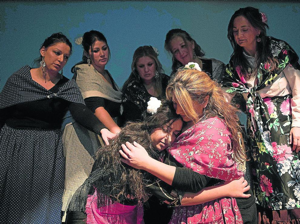Una de las escenas de la obra, donde las actrices comparten historias de su tradición oral.