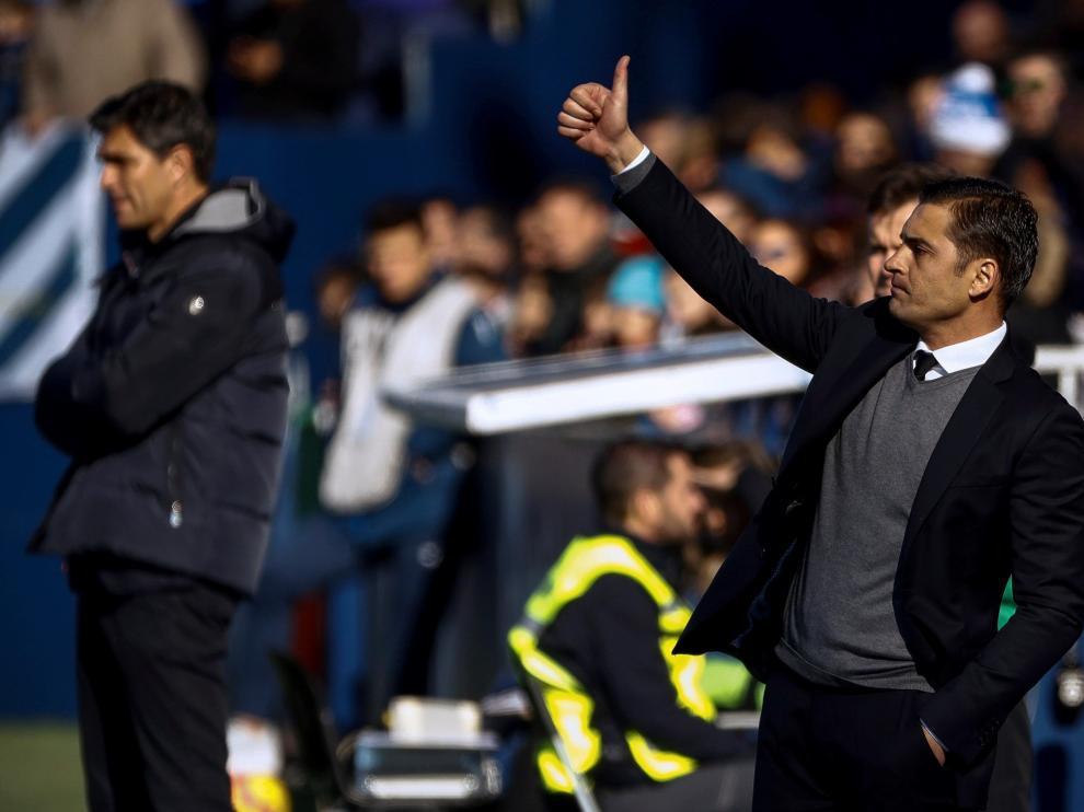 El entrenador del Huesca, Francisco Rodríguez, da indicaciones a los jugadores.
