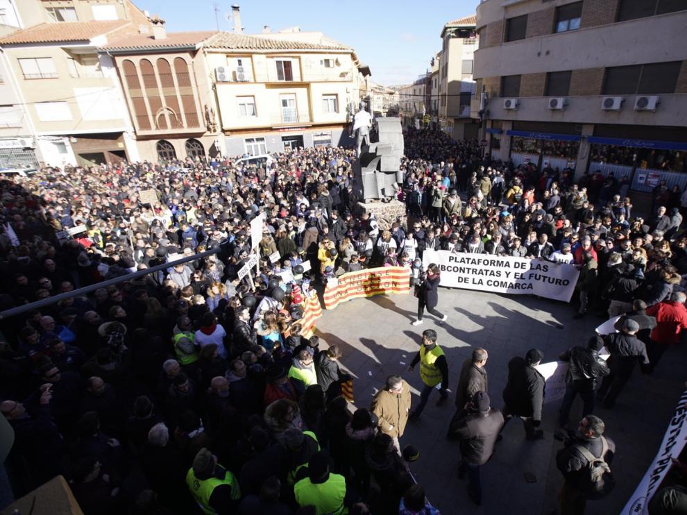 Un momento de la masiva concentración en la plaza del Regallo de Andorra para pedir un plan de reconversión industrial por el cierre de la térmica