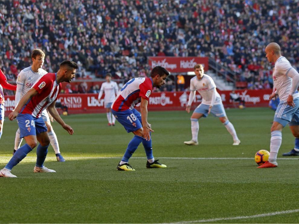 Pombo lleva la pelota en un ataque del Real Zaragoza en el último partido, el disputado en Gijón el pasado sábado ante el Sporting, con victoria por 1-2.