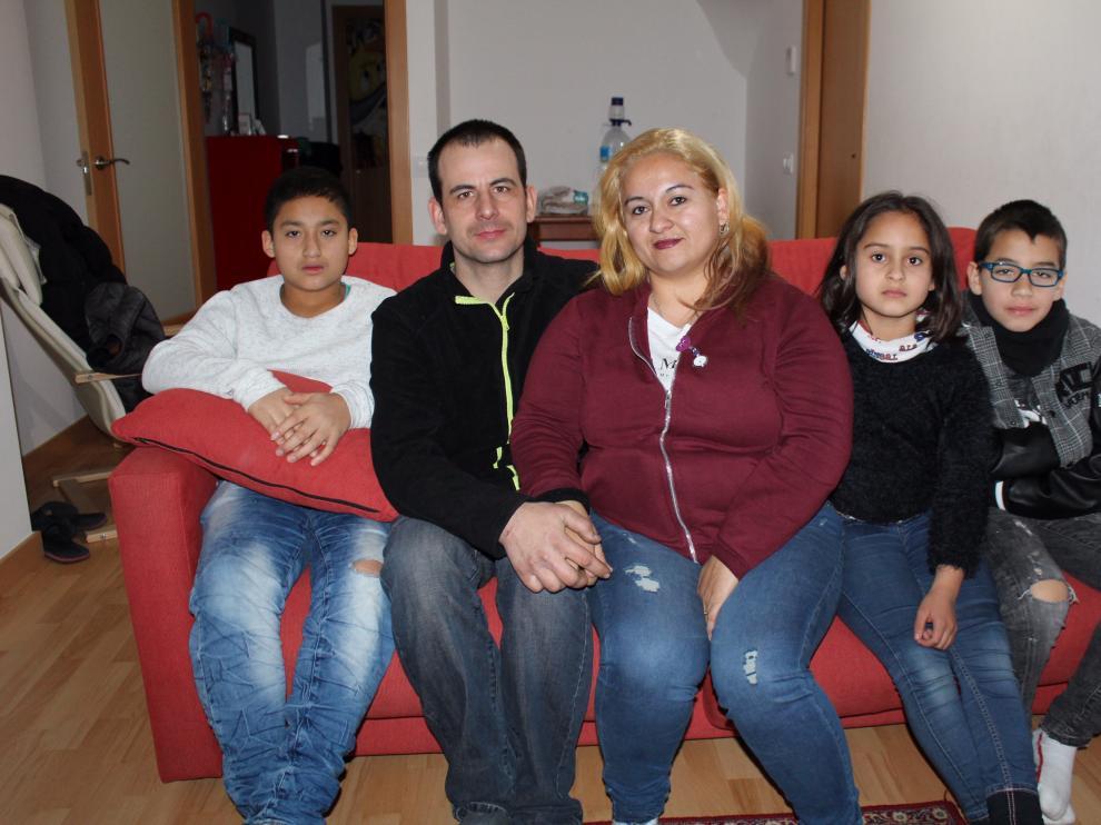 Marinela con tres de sus cuatro hijos (falta el pequeño) y su pareja.