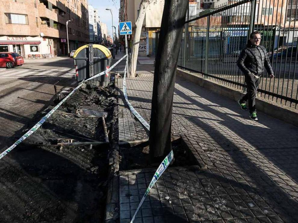 Restos de los contenedores quemados en la calle María de Aragón, junto al colegio Torre Ramona.