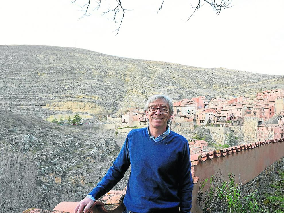 Antonio Jiménez, gerente de la Fundación Santa María, con el caserío de Albarracín al fondo.