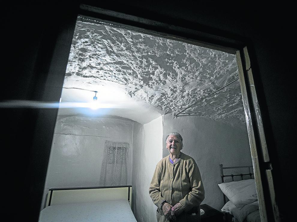 María Marco sonríe en una de las habitaciones de su casa-cueva.