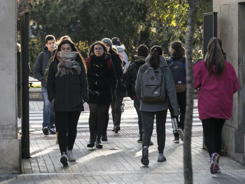Estudiantes de la Universidad de Zaragoza, el pasado viernes, en el campus de San Francisco