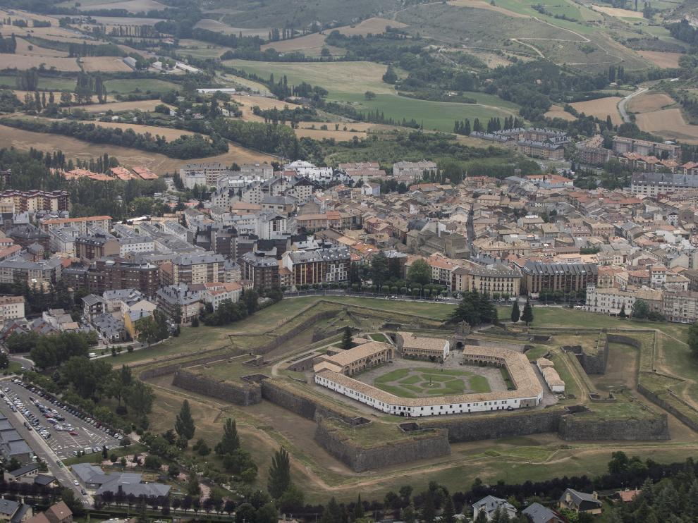 Vista aérea de la localidad de Jaca, con la Ciudadela en primer término.