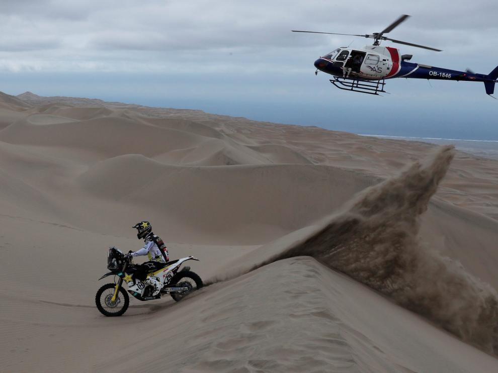 Espectacular imagen de la sexta etapa del Dakar, con el helicóptero de la organización al fondo.