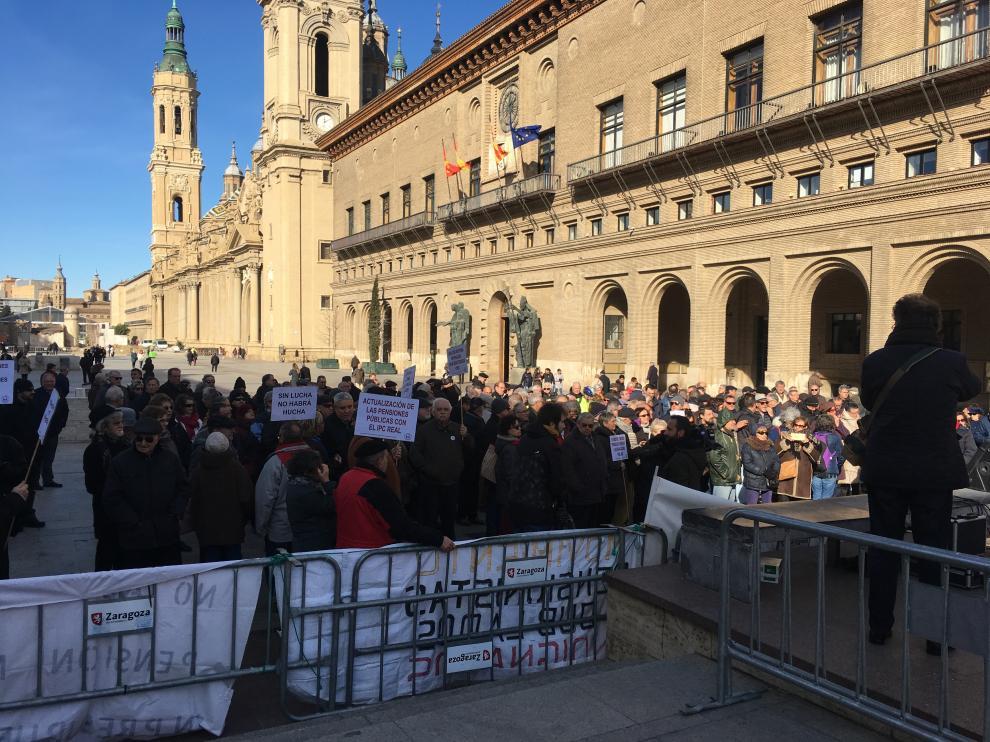 Dos centenares de jubilados se han concentrado este lunes en Zaragoza.