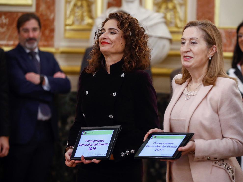 La ministra de Hacienda junto a Ana Pastor en la entrega de los Presupuestos de 2019.