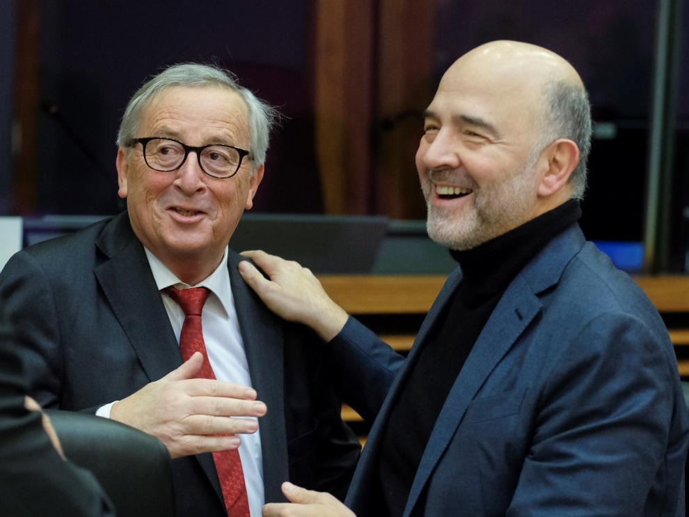 El comisario europeo de Asuntos Económicos y Monetarios, Pierre Moscovici, junto a el presidente de la Comisión Europea.