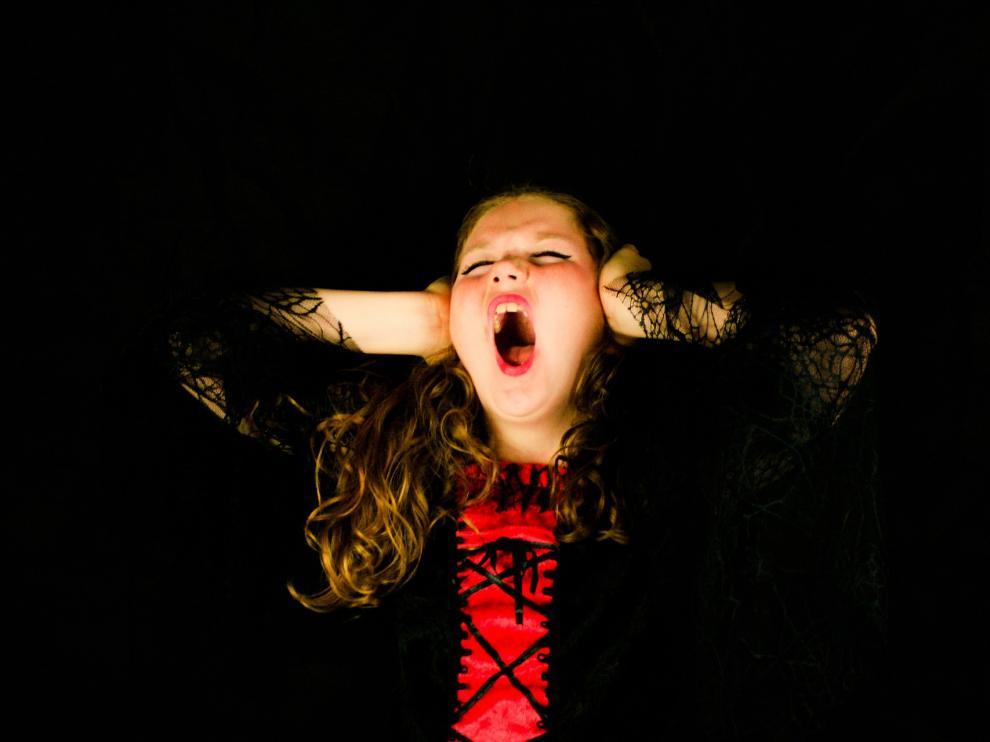 La persona con ligirofobia puede asustarse cuando cree que se va a producir un ruido.