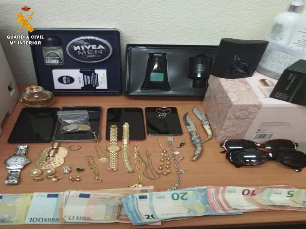 """Los objetos recuperados de los robos cometidos mediante el sistema del """"abrazo cariñoso"""" en pueblos de Zaragoza, Teruel y Soria."""