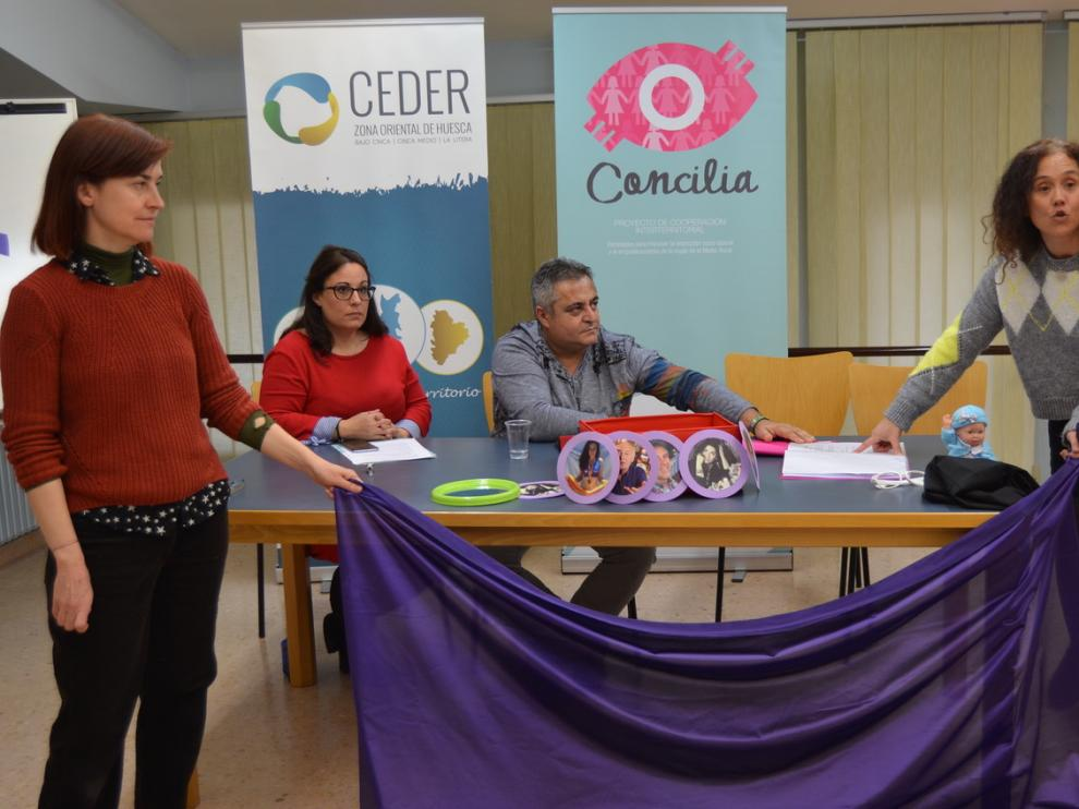 Responsables del Ceder Zona Oriental y el Colectivo To en la presentación esta martes de la campaña 'Gafas para la igualdad' en Monzón