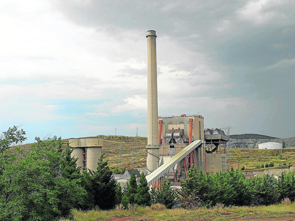 La central térmica de Escucha se levanta junto al casco urbano de la población.