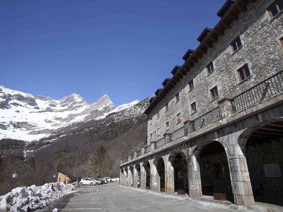 Una de las infraestructuras a mejorar es el acceso al valle de Pineta. En la imagen, el parador de Bielsa