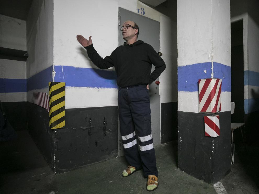 Nicolás, junto a la entrada del trastero en el que está instalado desde hace dos años