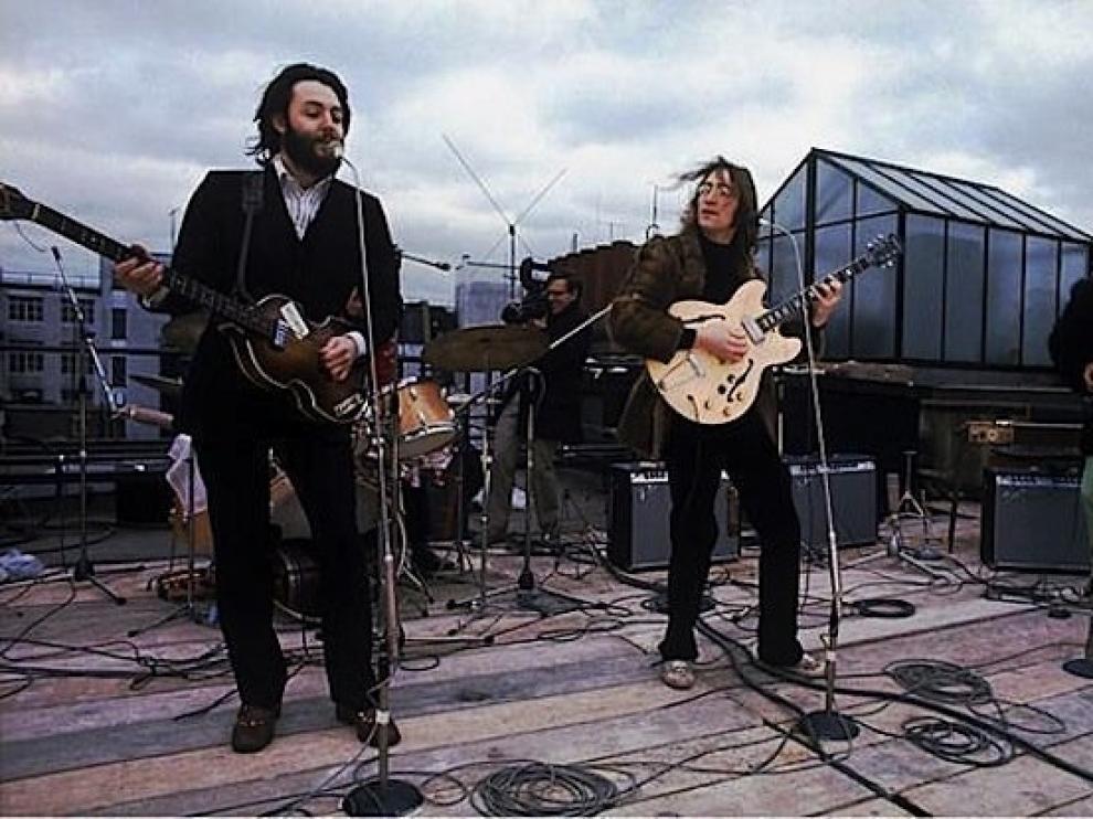Instante de la actuación de The Beatles en el tejado de la corporación Apple Corps el 30 de enero de 1969.