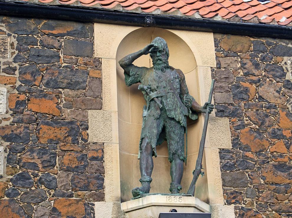 Estatua de Alexander Selkirk, personaje en el que se cree que se inspiró Dafoe.