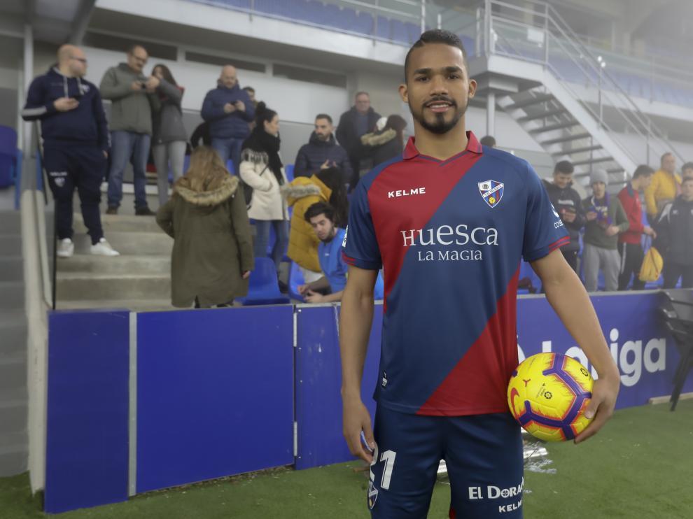 Yangel Herrera se ha vestido de corto para pisar el césped de El Alcoraz este miércoles.