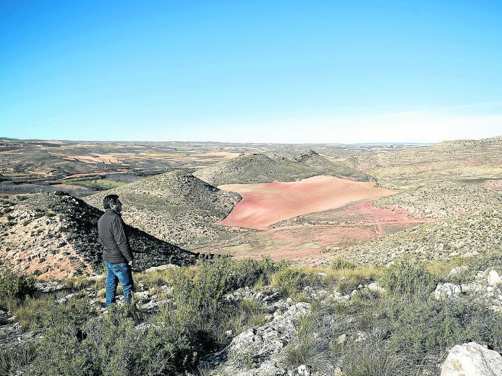 José Luis Artal contempla el 'volcán' de Moneva, un ejemplo espectacular de diapiro salino.