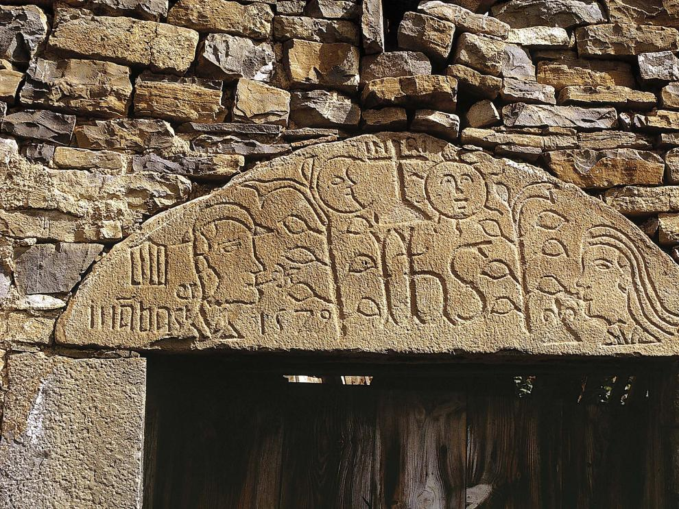 Dintel tallado de casa Oliván de Otal.