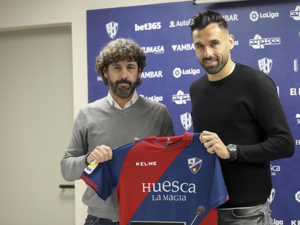 Emilio Vega y Enric Gallego, en la presentación del delantero de la SD Huesca.