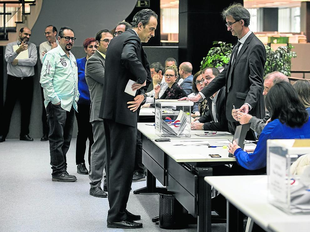 Momento este jueves de la votación en las oficinas centrales de Ibercaja en Zaragoza.