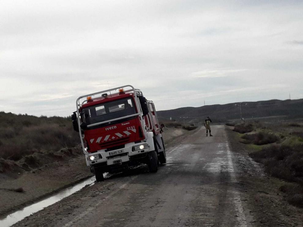 Los bomberos retiraron estiércol de la carretera de Osera.