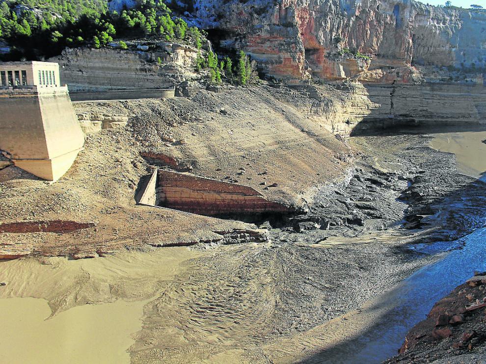 El desembalse de la presa de Santolea ha propiciado la salida de los lodos del fondo del pantano.