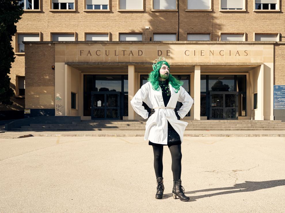 Sassy Science, que eligió peluca verde para posar ante la Facultad de Ciencias, se presentó en sociedad en el congreso bienal Euroscience Open Forum, con el apoyo de la beca europea 'Enabling Excellence'