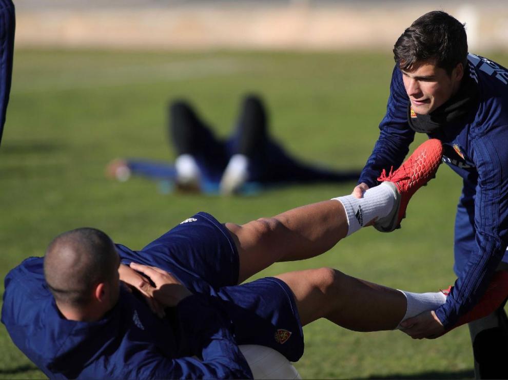 Soro, sujeta las piernas de Verdasca en un ejercicio de entrenamiento.