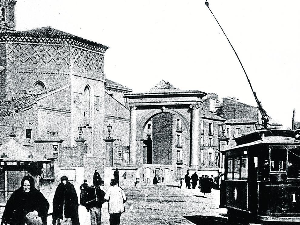 Una de las imágenes más conocidas de la antigua puerta, junto a San Miguel de los Navarros