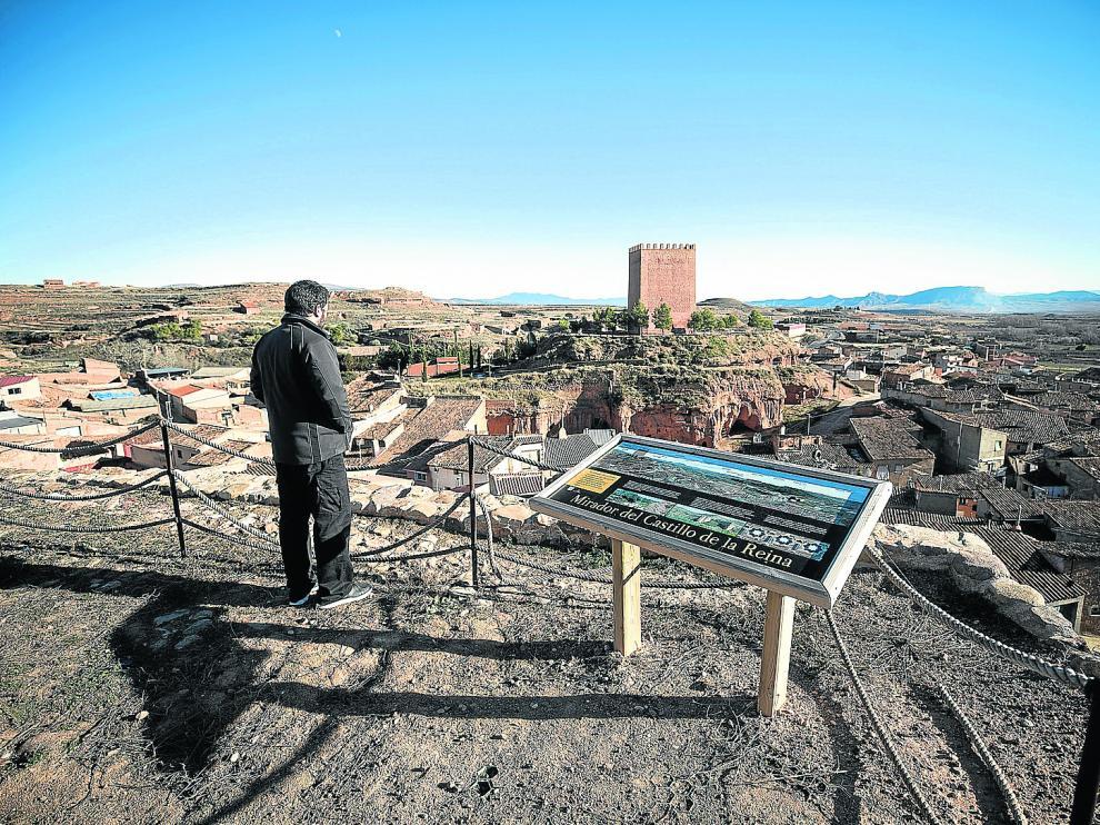 Vista de Villarroya de la Sierra y el torreón del Rey desde el mirador situado en el Torreón de la Reina.