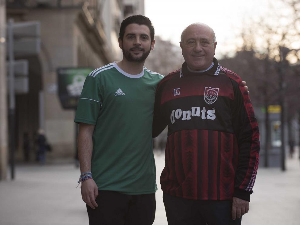 Padre e hijo posan con la camiseta de portero y de jugador del equipo de Susala Guasch de la Liga MLA.