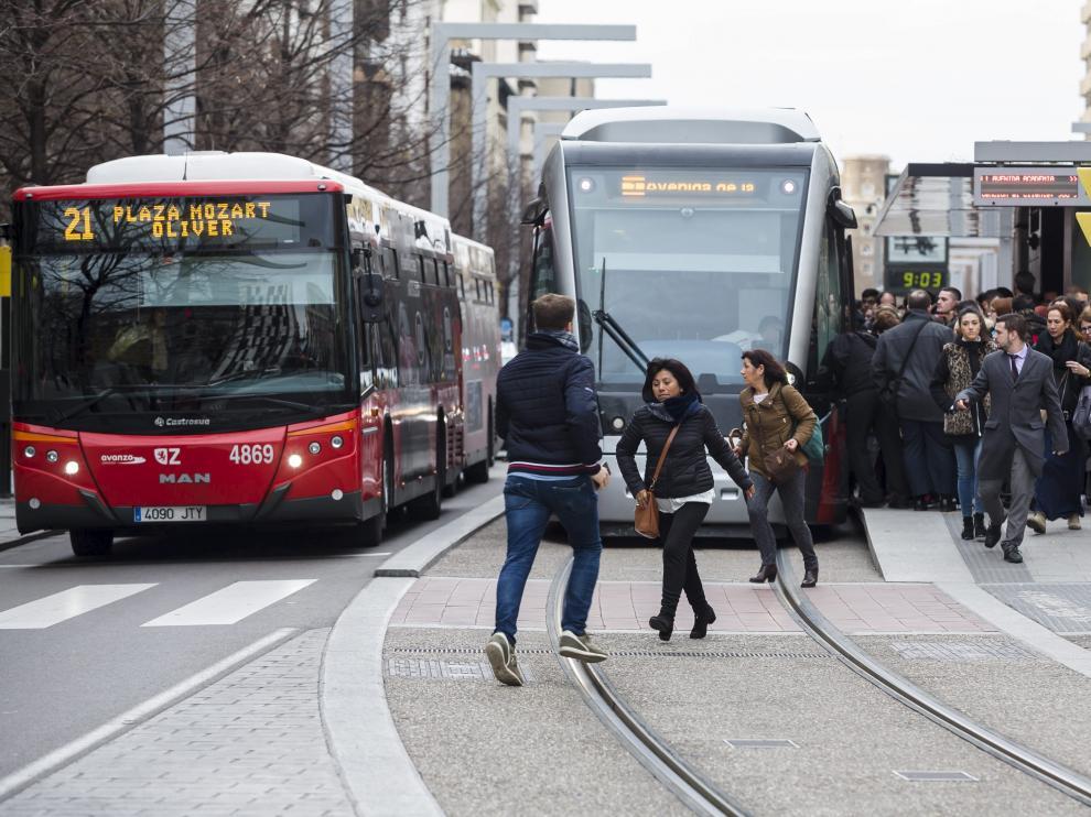 Un autobús circula en paralelo al tranvía en el paseo de la Independencia.