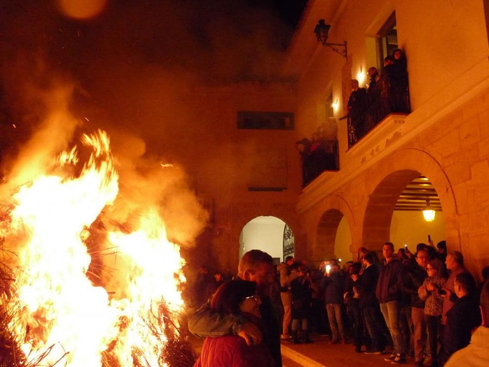 La monumental hoguera de Castelserás.