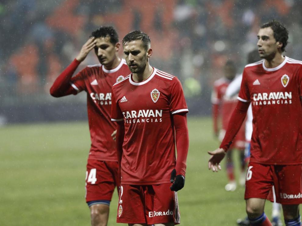 Eguaras (dcha.) charla con caras largas con Benito y Álex Muñoz al término de la primera parte en Majadahonda, camino del vestuario tras haber encajado el 1-0.