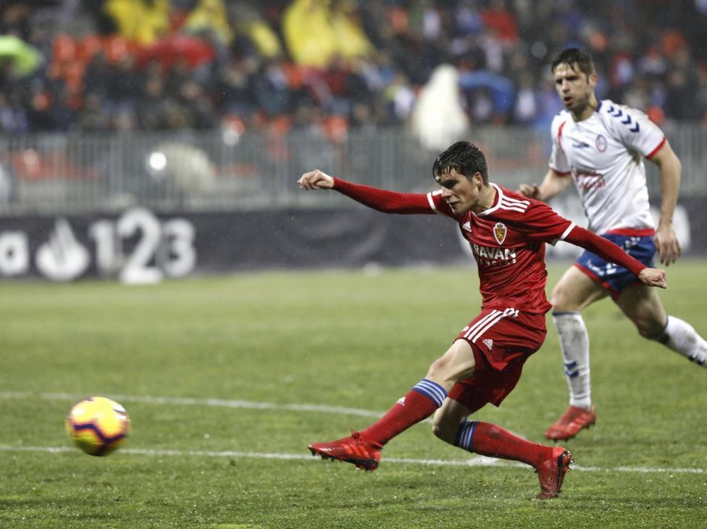 Soro, en el momento de golpear con la zurda para anotar el primer gol del Real Zaragoza este sábado en Majadahonda, que encaró el empate a dos final.