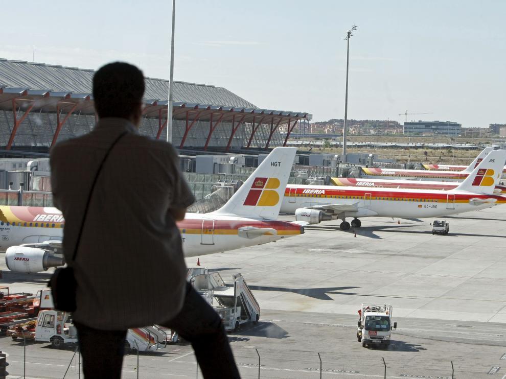 Un pasajero mira hacia las pistas del aeropuerto de Barajas.