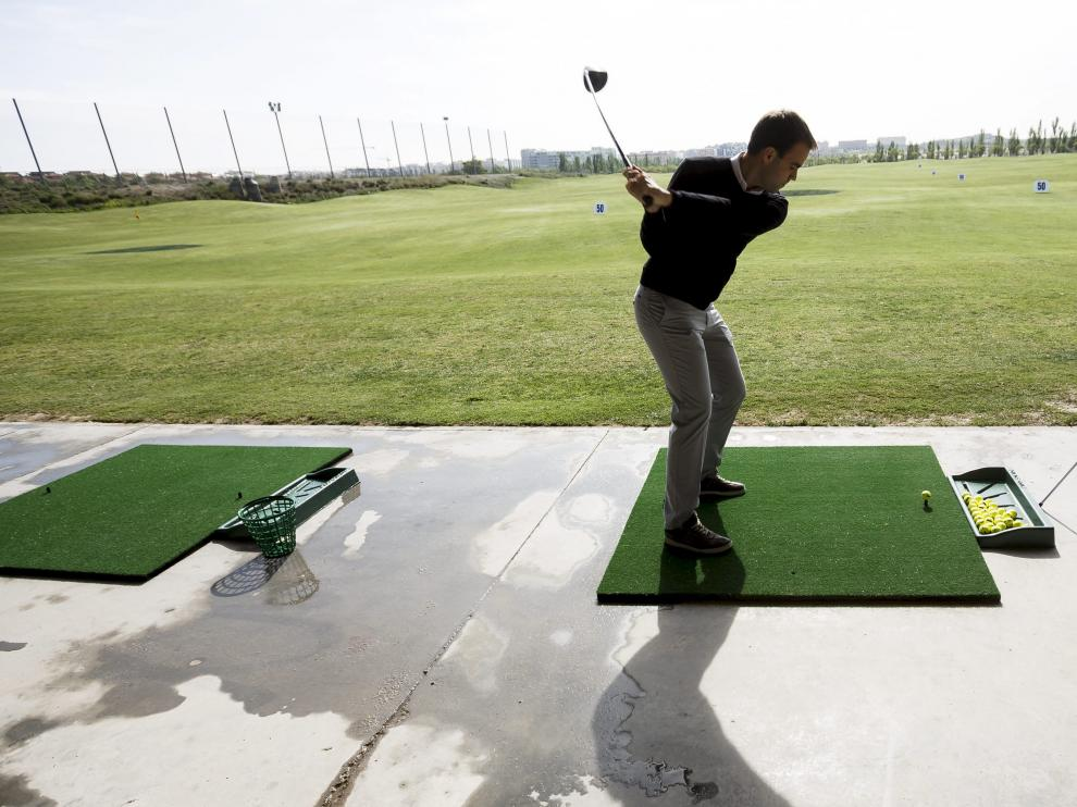 Un jugador, en la cancha de prácticas del campo municipal de Arcosur Golf