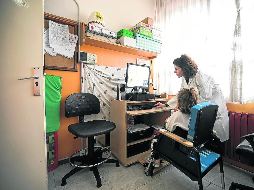 Una niña usuaria del colegio Martín de Porres, este martes, en uno de los servicios del centro de Atades.