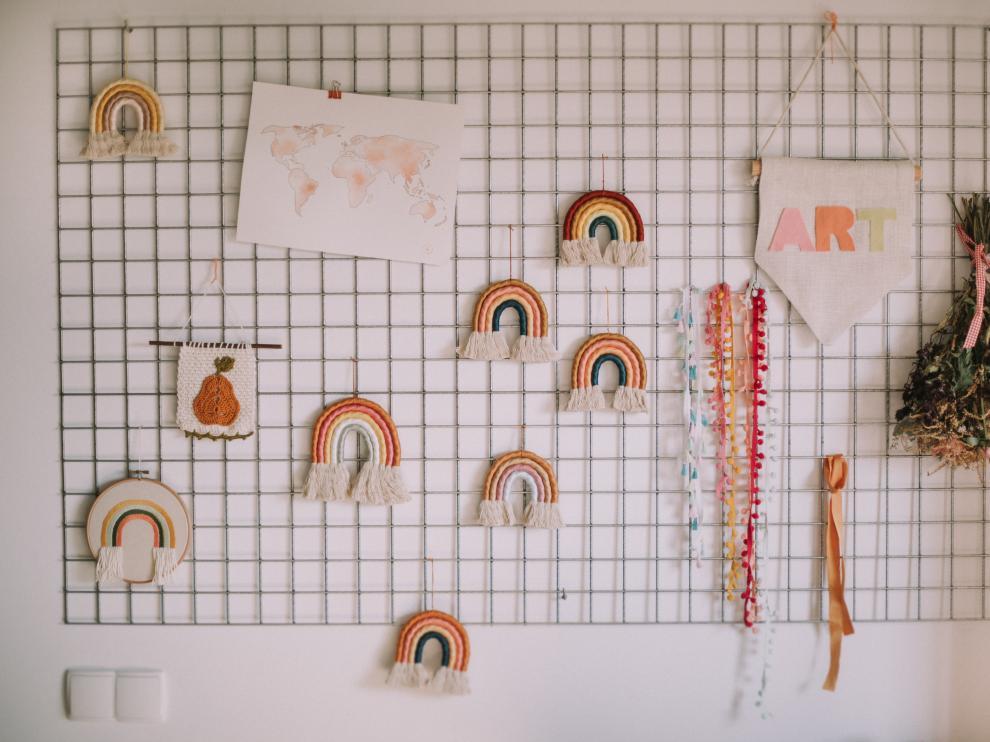 Los tapices de arcoíris de 'Peach&Apricot' han llevado la artesanía de Sara Ibarz a todo el mundo.