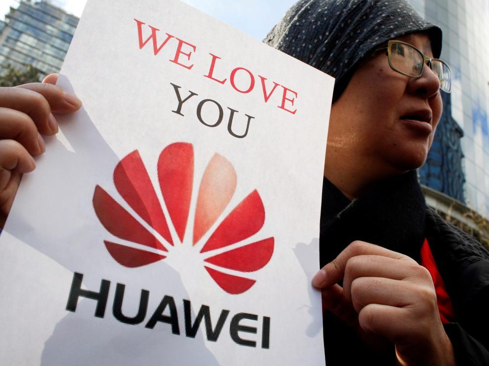 Una persona muestra su apoyo a la directora financiera de Huawei.