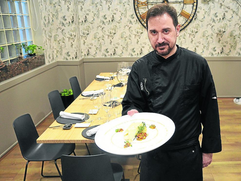 David Baldrich muestra el plato de bacalao con sofrito de pimientos y mahonesa.